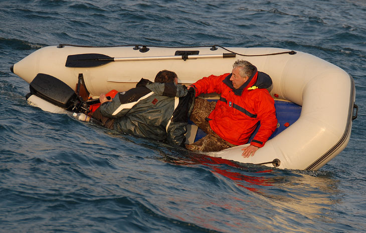 как управлять лодкой при волне