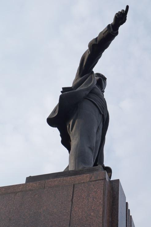 скульптура в позе 69